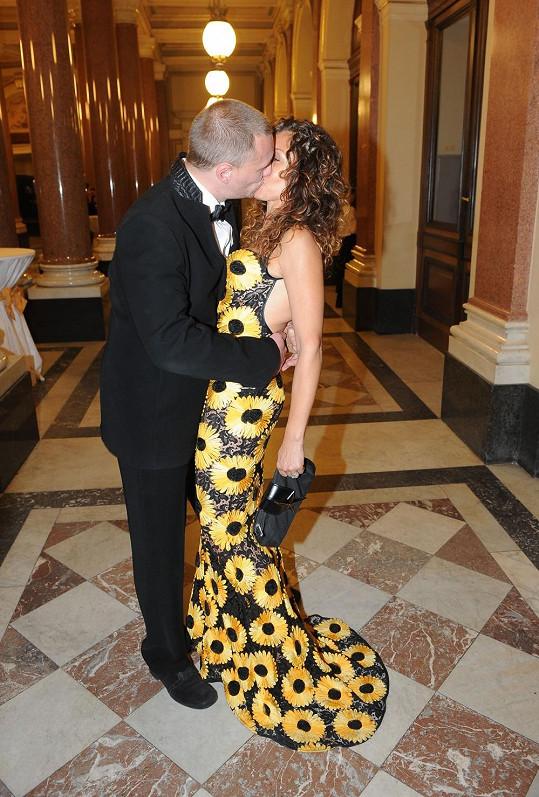 Eva s manželem Viktorem Taušem předvedli vášnivý polibek.