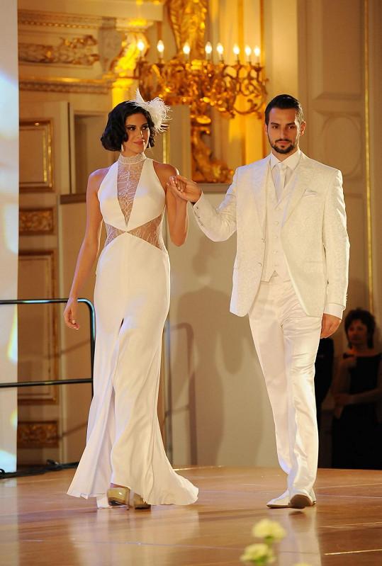 K svobodné a nezadané Anetě Vignerové přece jen svatební šaty sedí víc.