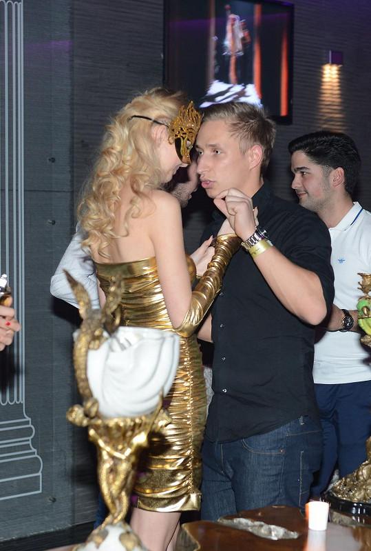 Blondýnka se k Michalovi hodně měla.