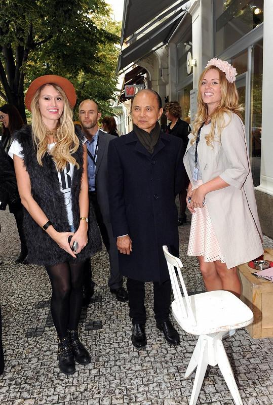 """Návrháře v Pařížské ulici """"přepadly"""" módní blogerky Moravcová a Štoudková."""