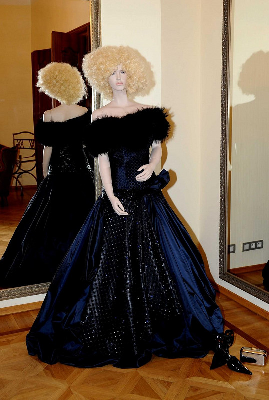 Šaty pro Vendulu Svobodovou jsou poseté 99 temně modrými safíry.