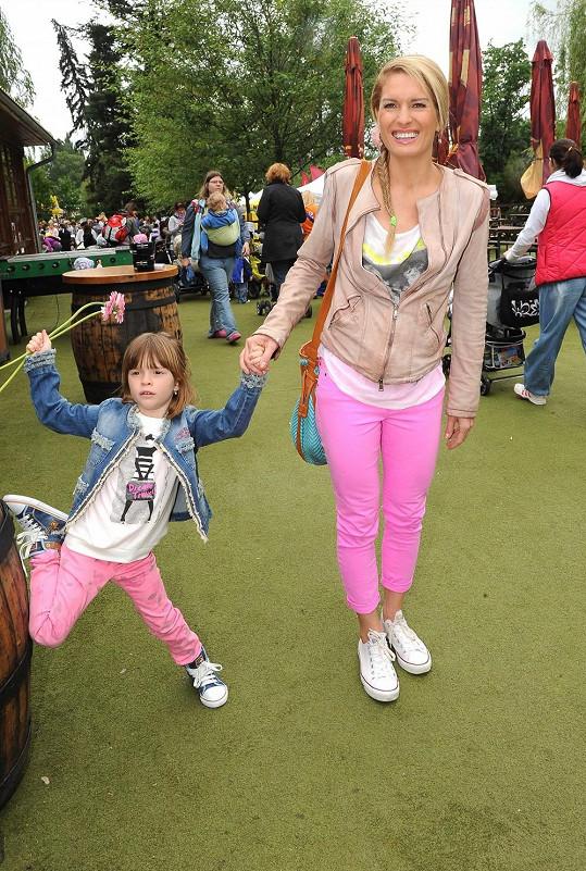 Olga Menzelová s dcerou Aničkou v růžovém