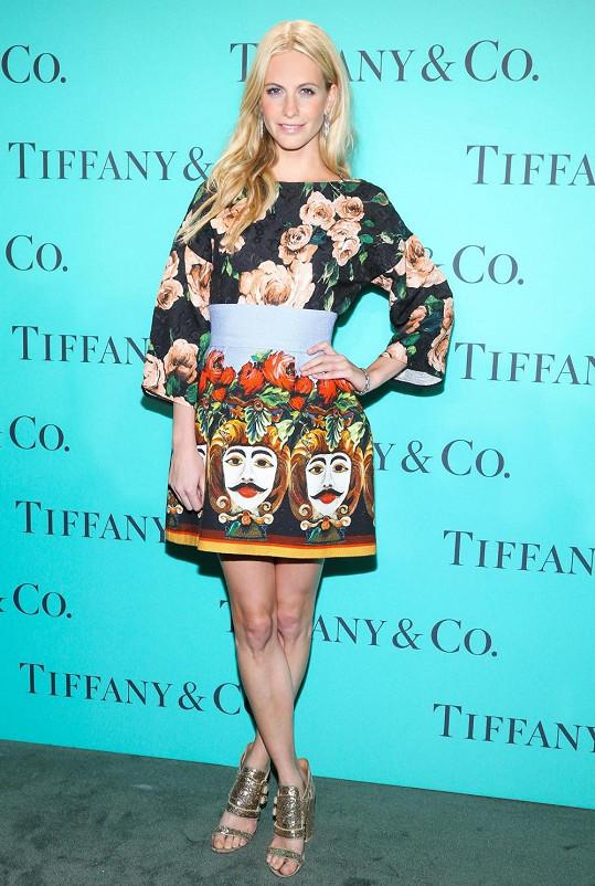 Na akci byla britská modelka Poppy Delevingne nepřehlédnutelná díky minišatům Dolce&Gabbana s ornamentálním potiskem a širokými rukávy. Všimněte si stylových gladiátorek se zlatými pásky, které blondýně perfektně sedí.