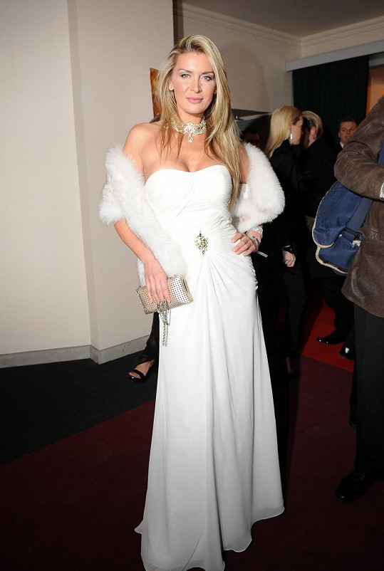 Petra Minářová svým vzhledem inspirovaným zlatou érou v Hollywoodu připomněla Simonu Krainovou, která podobně oblečená v róbě Gucci s bílou liškou nakráčela na loňský Ples v Opeře.