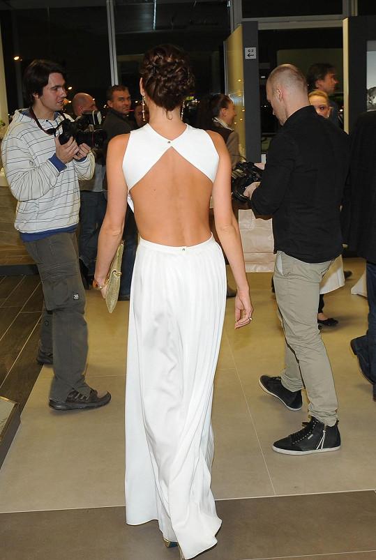 Vzhledem k odhaleným zádům kráska nemohla obléct pod šaty podprsenku.
