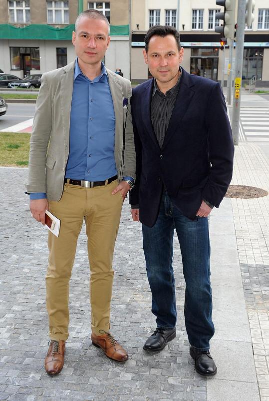 Nebo Janis Sidovský s partnerem Pavlem Vítkem, který připravuje české uvedení muzikálu Mamma Mia.