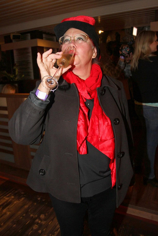 Julča má právo sedět i pít.