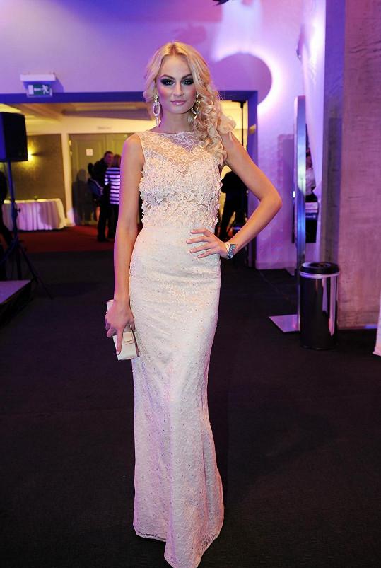 Tereza Fajksová oblékla šaty z aranžované krajky v barvě těla poseté krystaly Swarovski od Kateřiny Jílkové. Je dobře, že tento výrazný model nejkrásnější žena zeměkoule nepřezdobila okázalými doplňky.