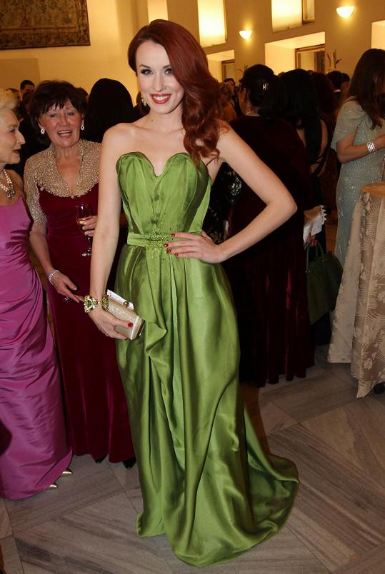 Lenka Vacvalová snad nemohla vzhledem ke své rudé barvě vlasů zvolit vhodnější odstín šatů, než je tato hrášková.