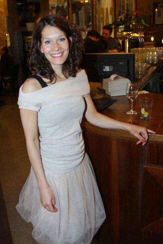 Bára vypadá pořád krásně a v béžových šatech její křehký půvab ještě vynikl.