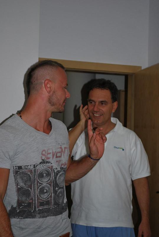 Braňo svému ošetřujícímu lékaři Petrovi Novákovi zcela důvěřoval.