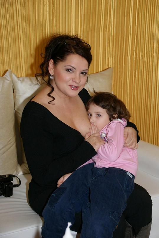 Hlad je hlad... Magda Malá se s tím nemaže a kojí svou čtyřletou dceru na veřejnosti.