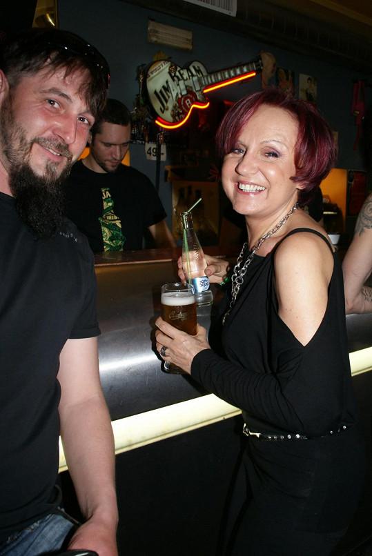 Petra rozdávala úsměvy a dala si pivo.