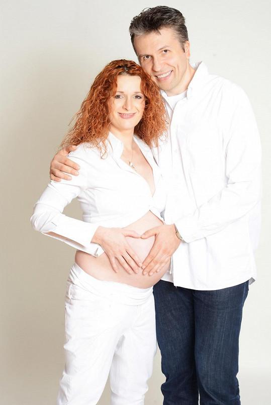 Markéta Muzikářová s partnerem pár týdnů před porodem.