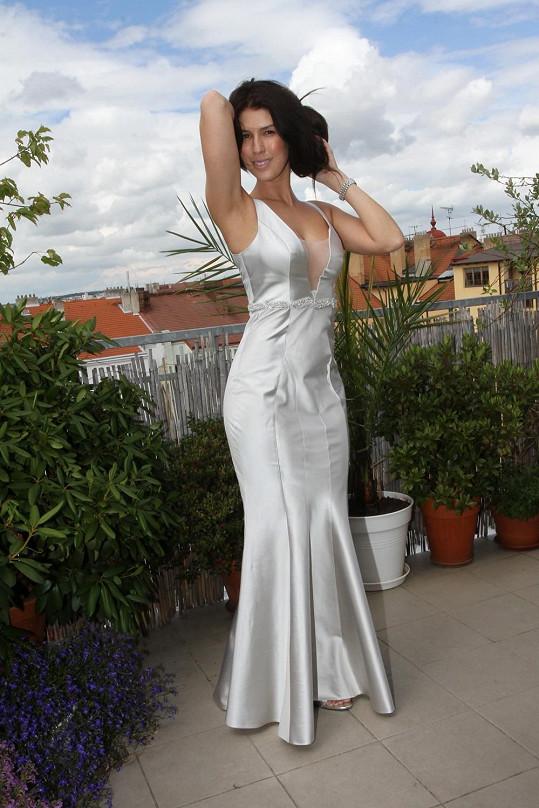 Victoria na zkoušce svatebních šatů