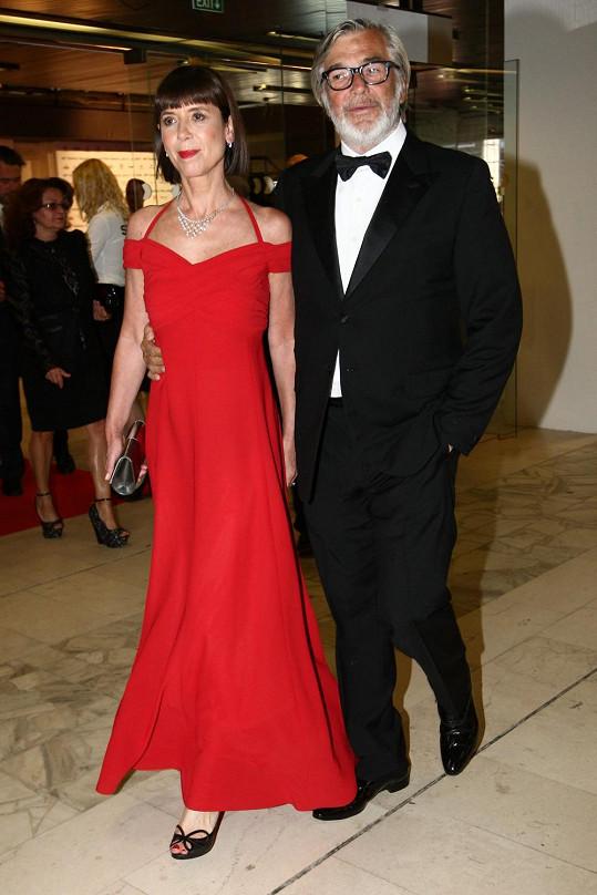 Vždy elegantní prezident festivalu Jiří Bartoška s manželkou.