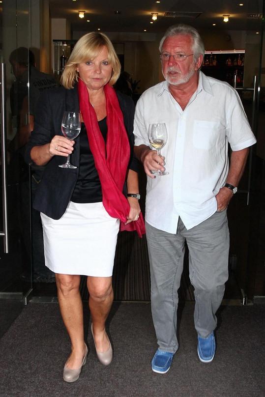 S plány odejít do hereckého důchodu se Hanzlík svěřil v Karlových Varech, kam ho doprovázela partnerka Lenka Kozlová.