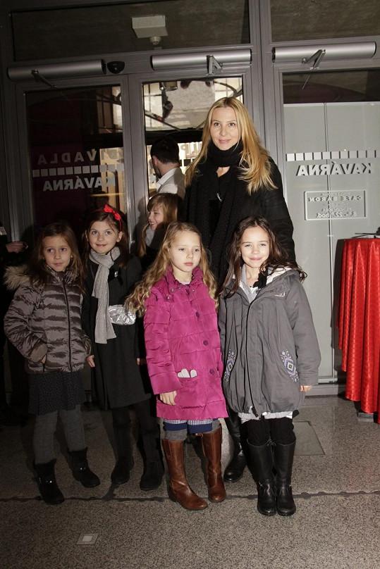 Muzikál si nenechala ujít ani Ivana Gottová s dcerami a jejich kamarádkami.