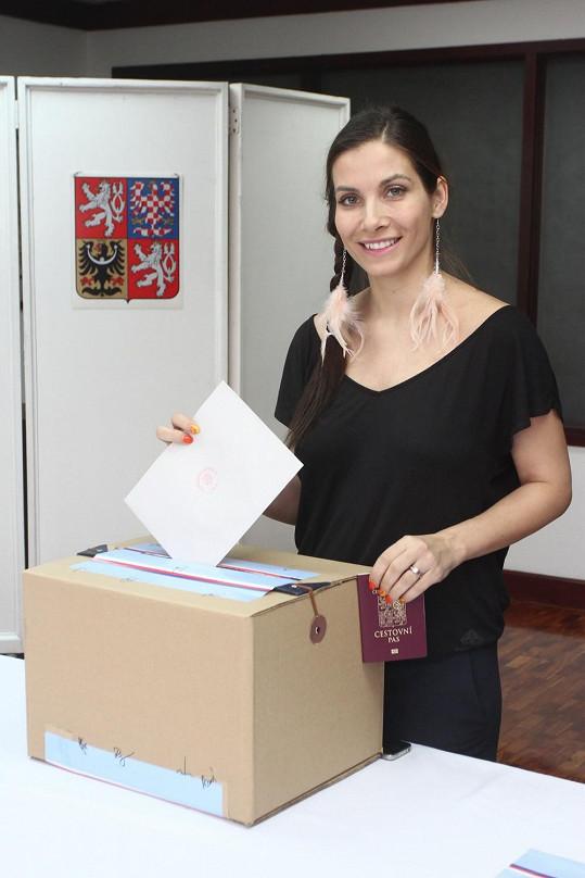 Voličský průkaz si nezapomněla ani Eva Decastelo.