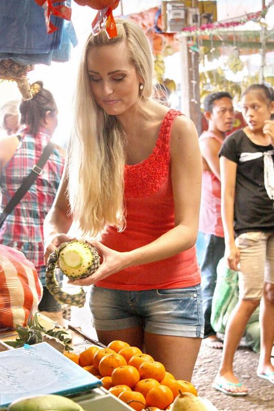 Alena se naučila loupat ananas.