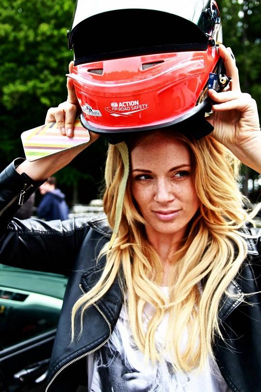 Nikol si i na závodním okruhu chtěla udržet image sexy divy, ale helma byla nutností.