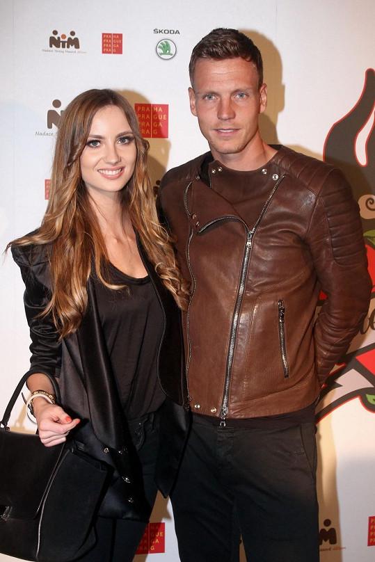 Tomáš a Ester se vzájemně podporují. Ona mu drží palce během zápasů, on sedává v první řadě během módních show, na kterých předvádí.