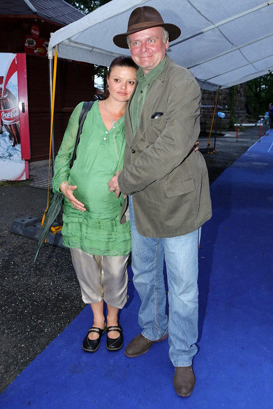 Igor Bareš s těhotnou manželkou Antonií Talackovou.