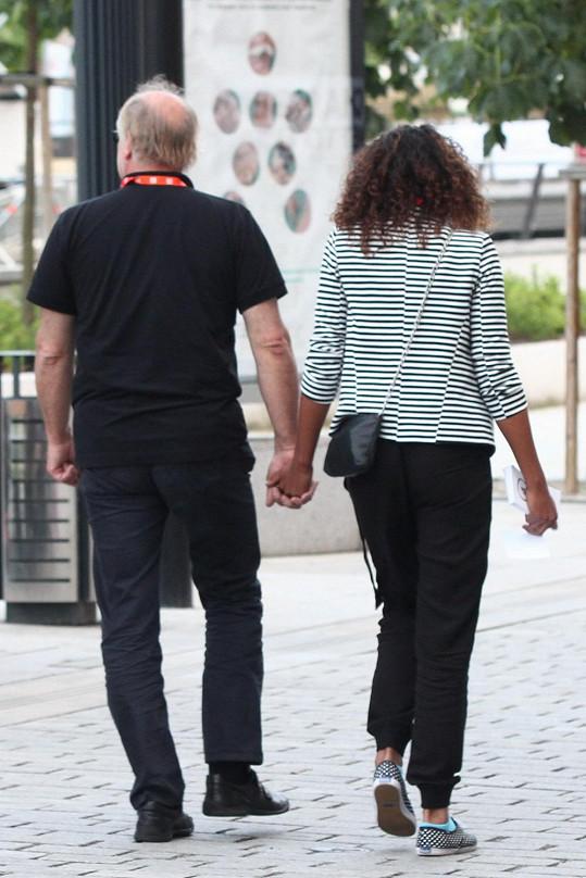 Pár se vodil za ruce.