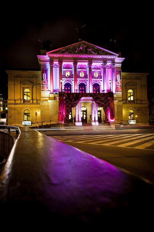 Budova Státní opery ve slavnostní den.