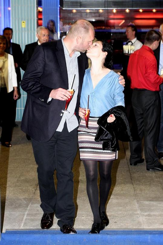 Martha Issová se líbala s partnerem Davidem Ondříčkem.
