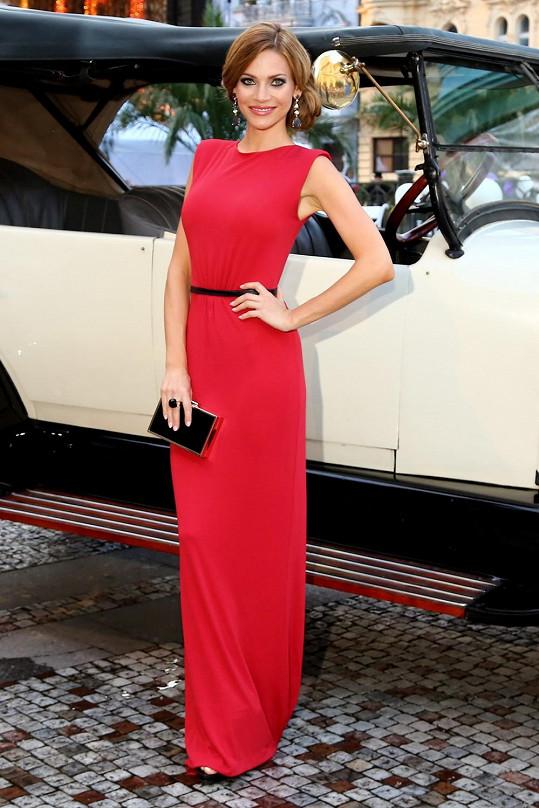Andrea Verešová ještě jednou dokonalá. Tentokrát na párty banky zvolila nádherné šaty od Táni Kovaříkové.