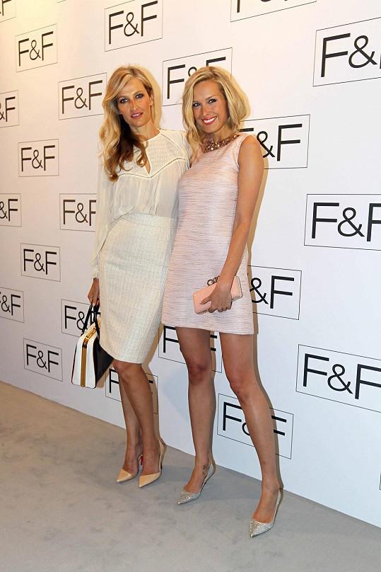 Tereza Maxová a Petra Němcová oblékly módní kousky od F&F. Tereza zvolila pouzdrovou sukni a Petra rovnou šaty.