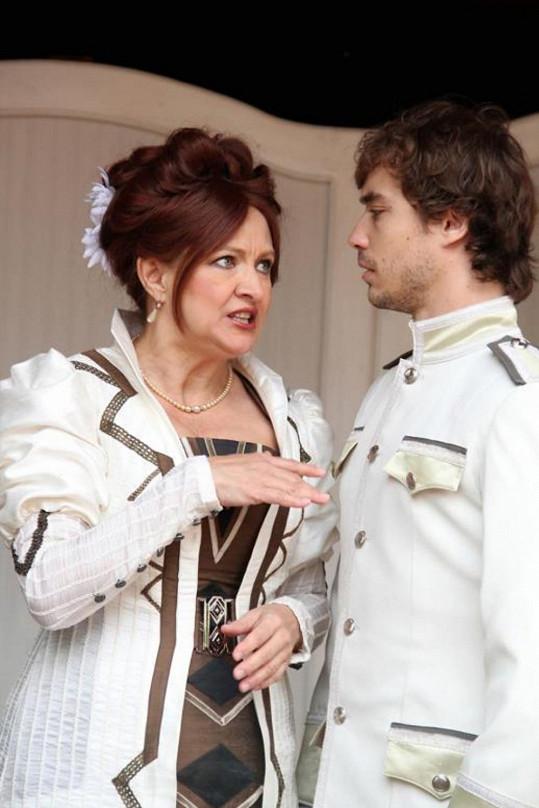 Zlata Adamovská a Filip Tomsa se potkávají ve Sklenici vody na Letní scéně Divadla Ungelt.
