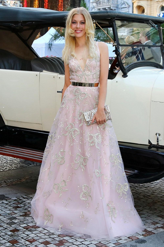 Model prestižního návrháře Oscara de la Renty oblékla mladá zpěvačka Kateřina Klausová.