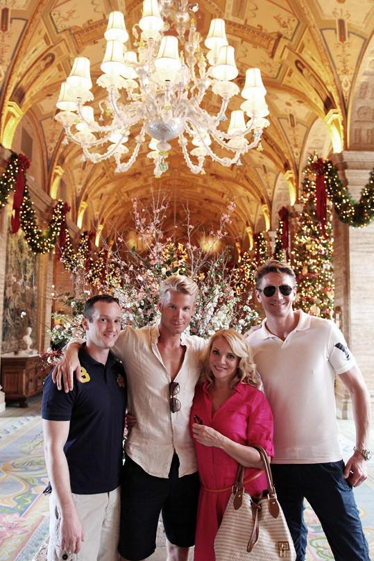 Zdena s přítelem Braněm a kamarády v luxusním hnízdečku
