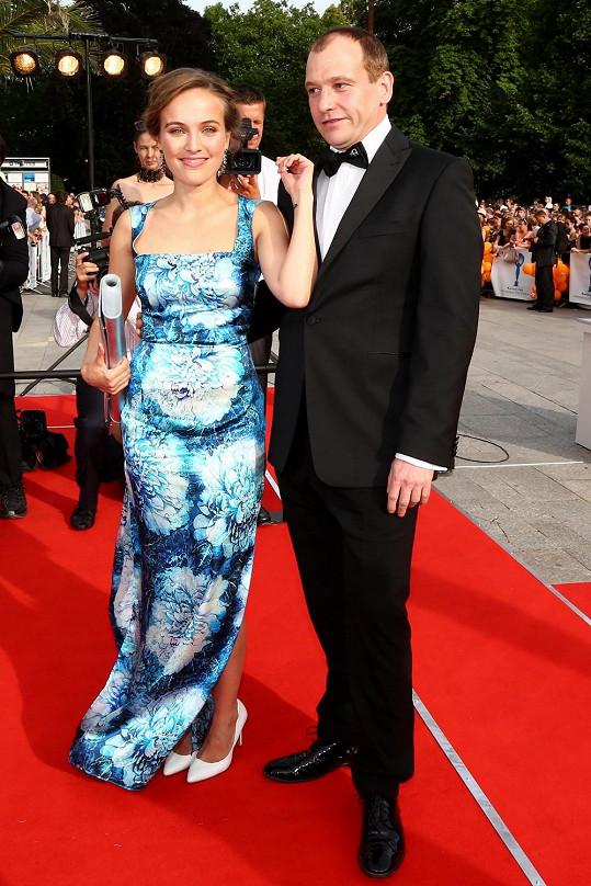 Loni dělal na karlovarském filmovém festivalu Tereze doprovod kamarád Marek Taclík. Kdopak to bude letos?