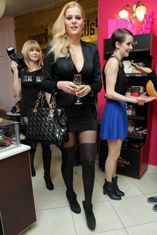 Vedle dominy Ornelly Štikové působila jako téměř panenské děvče.