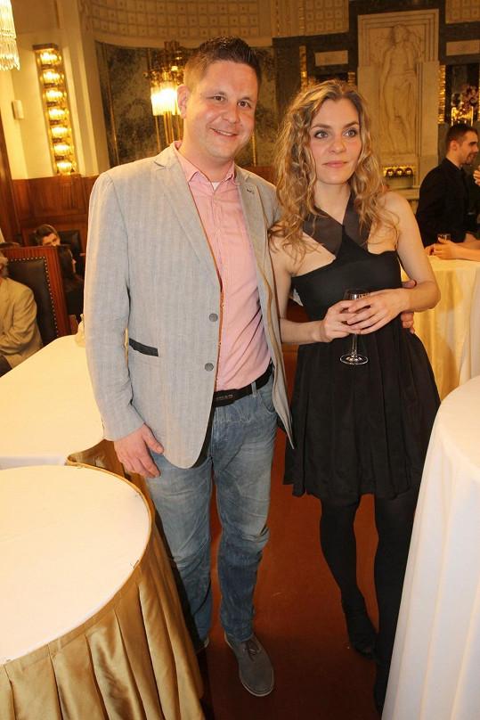 Michal Novotný zářil po boku této půvabné blondýnky.
