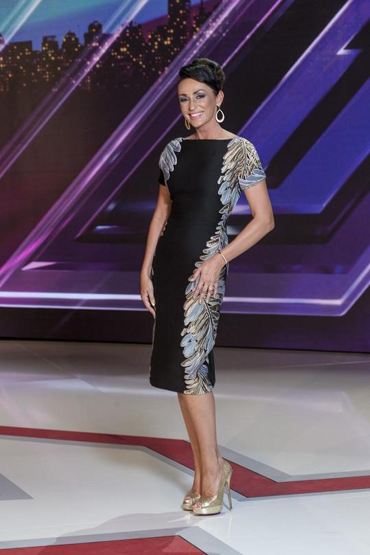 Opravdu krásné pouzdrové šaty s pozoruhodnými aplikacemi po stranách musela zpěvačka zničit obutím, které vtíravě ladilo s nášivkami.