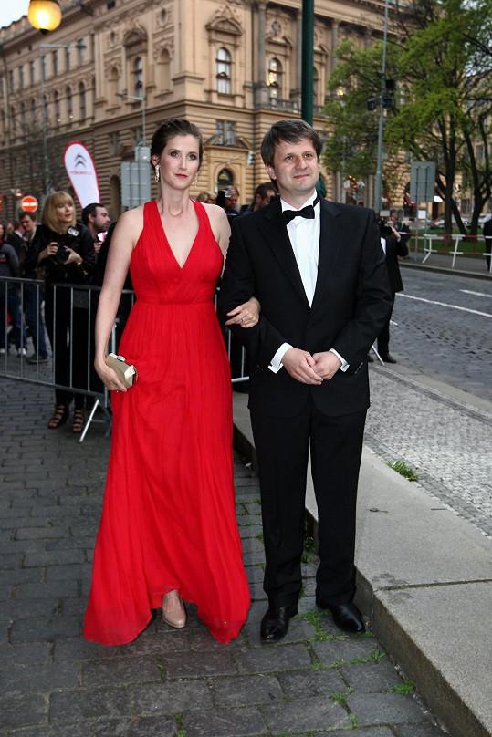 Jana Bernášková a Rudolf Merkner po příjezdu před Divadlo na Vinohradech