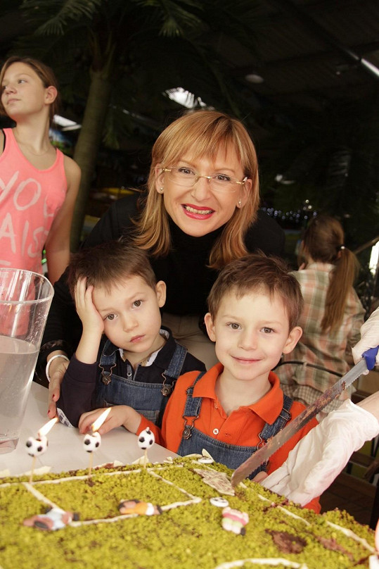 Malému Koktovi přišla popřát i Štěpánka Duchková se svými dvojčaty.