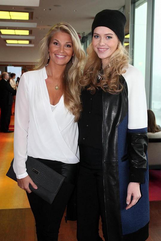 Veronika s kolegyní Hanou Věrnou na tiskové konferenci před odletem finalistek České Miss 2014.