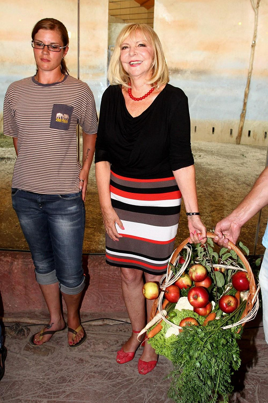 Hana Zagorová přinesla koš s ovocem a zeleninou.