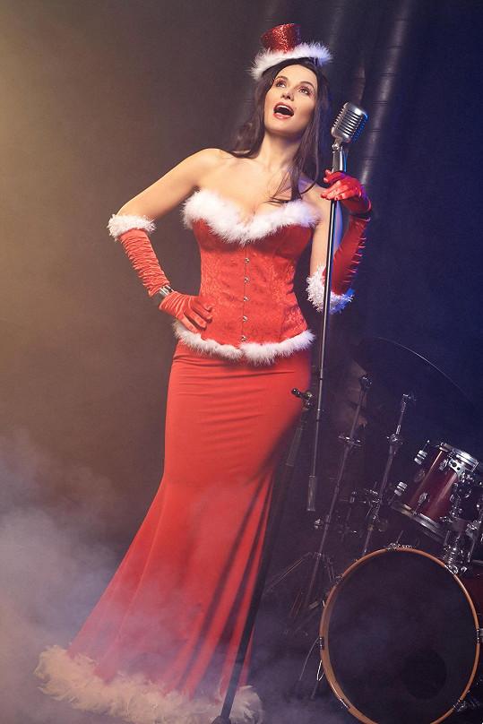 Na tuhle zpěvačku se hezky kouká....