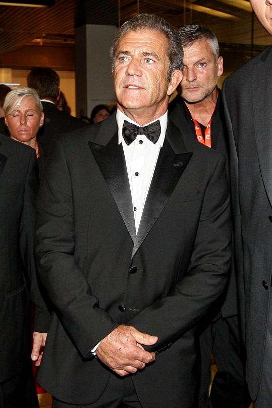 Mel Gibson má stejnou ochranu jako loni John Travolta, bodyguarda Jindru.