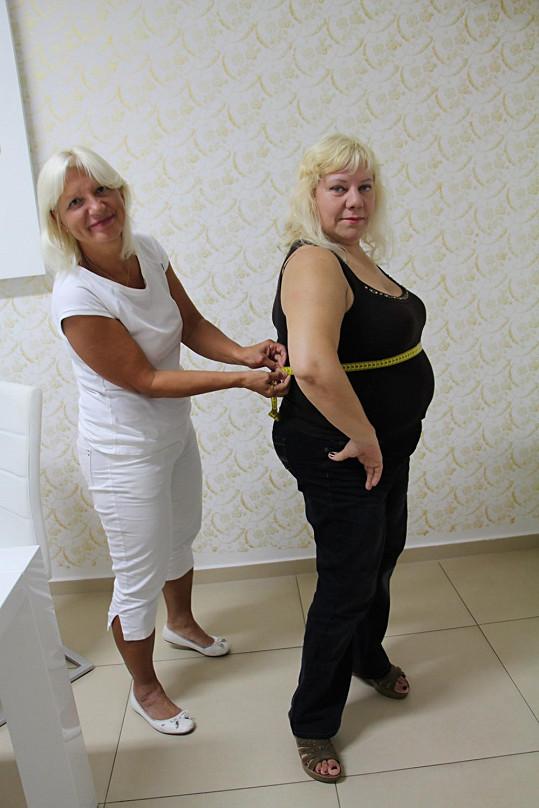 Marie, která už raději na váhu ani nestoupá, si nechala vzít míry.