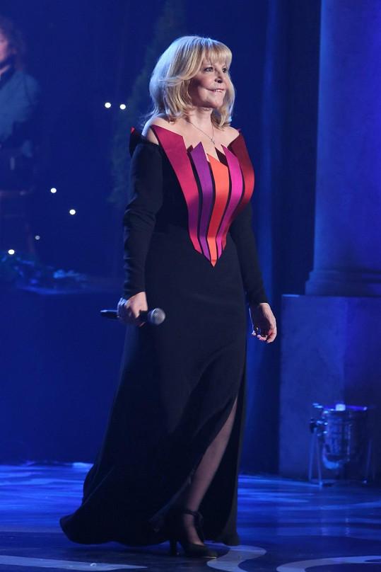 Hana Zagorová oblékla černý přiléhavý model s nevšední aplikací v barevném spektru západu slunce. Šaty jsou zdařilé, jen si nejsme jistí tím, jestli měl být stejný detail použitý také na zadní straně šatů.