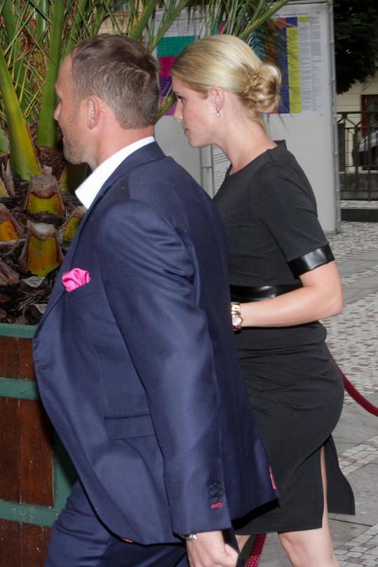 Janin bývalý přítel Richard Podroužek s těhotnou partnerkou Ivetou před blesky fotoaparátů a také Janou Doleželovou utíkali.