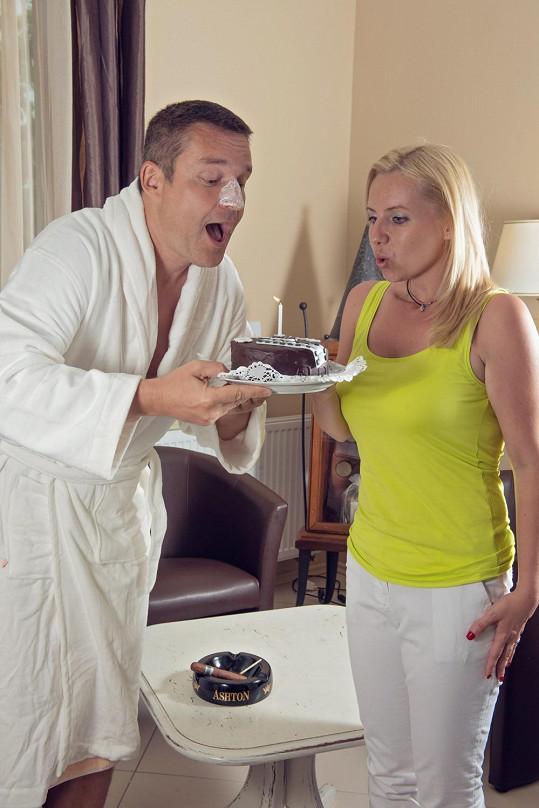 Vladimír Hron sfoukl svíčku na narozeninovém dortu.