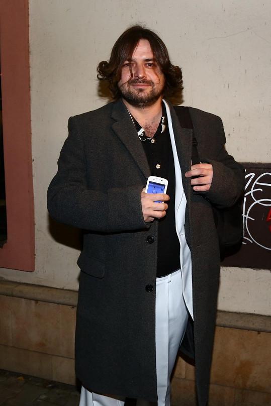 Zdeněk Macura dorazil v obleku, s loknami a úměvem na tváři.